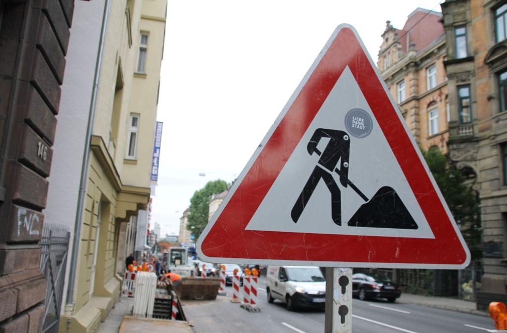 Nach einem Wasserrohrbruch an der Hauptstätter Straße in Stuttgart-Mitte hatten am Montag rund 250 Haushalte kein fließend Wasser. Foto: SDMG