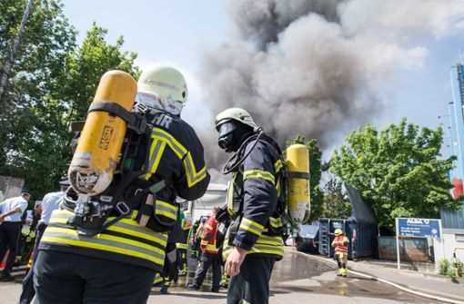 Offenbar keine Verletzten bei Großbrand – Warnung besteht weiter