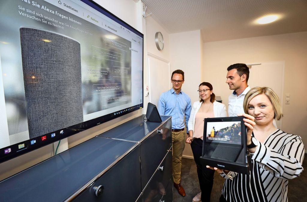 Nicolai Reith (ganz links) und Caroline Küpfer (ganz rechts) stellen Alexa vor, ihre neue digitale Kollegin. Foto: factum/