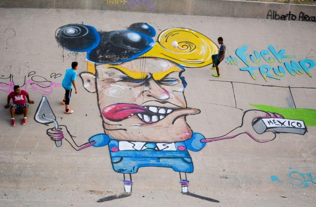 Ein Graffiti zeigt den republikanischen US-Präsidentschaftsbewerber Donald Trump im Flussbett des Rio Grande. Ein Streetart-Künstler sprayte die neun Meter große Karikatur an die Wand des zubetonierten Kanals an der Grenze zwischen Mexiko und den USA in der Stadt Ciudad Juarez. Foto: Sonia Aguilar