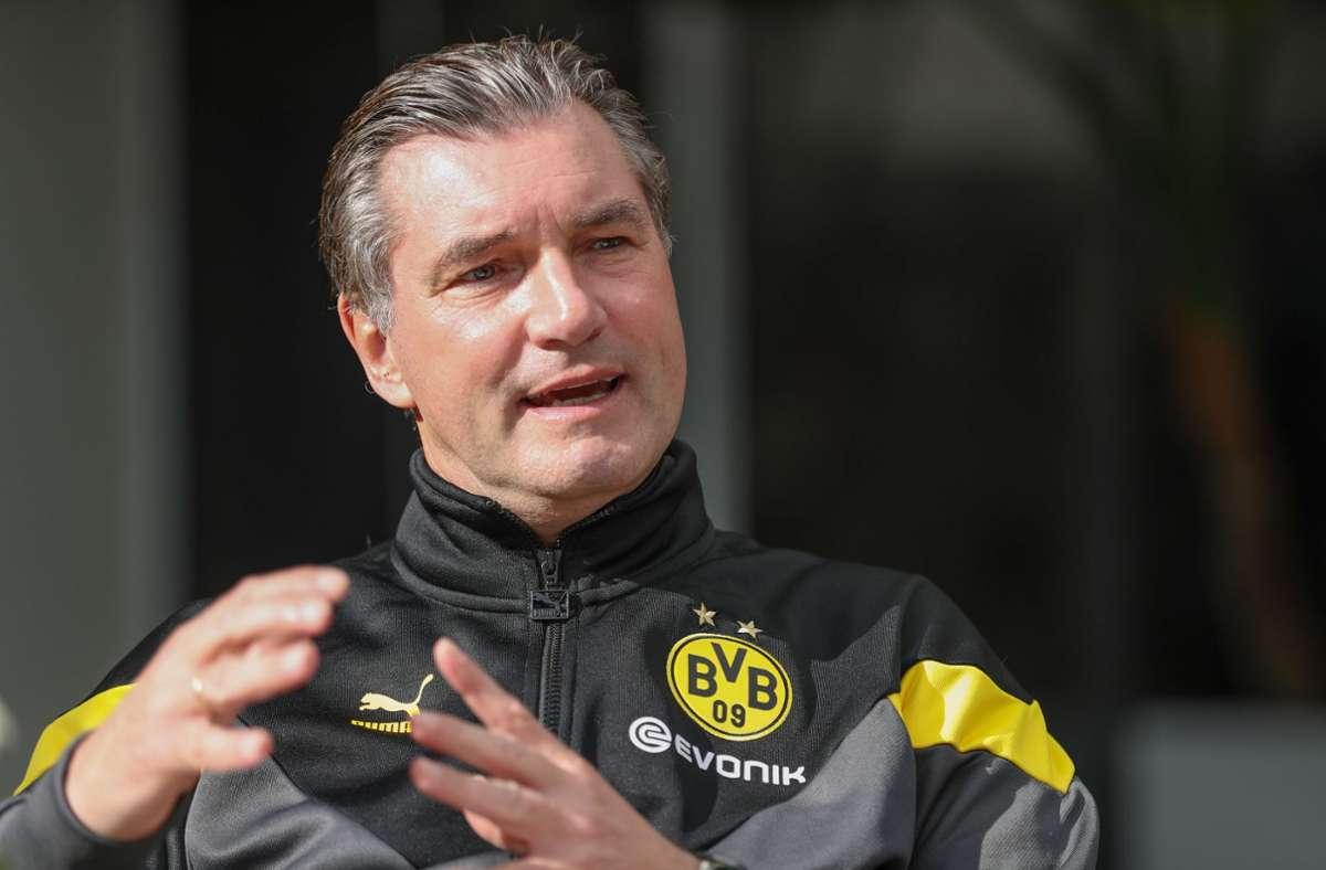 BVB-Sportdirektor Michael Zorc bestätigte am Donnerstag, dass Lucien Favre auch in der kommenden Saison Trainer bei Borussia Dortmund bleibt. (Archivbild) Foto: dpa/Friso Gentsch