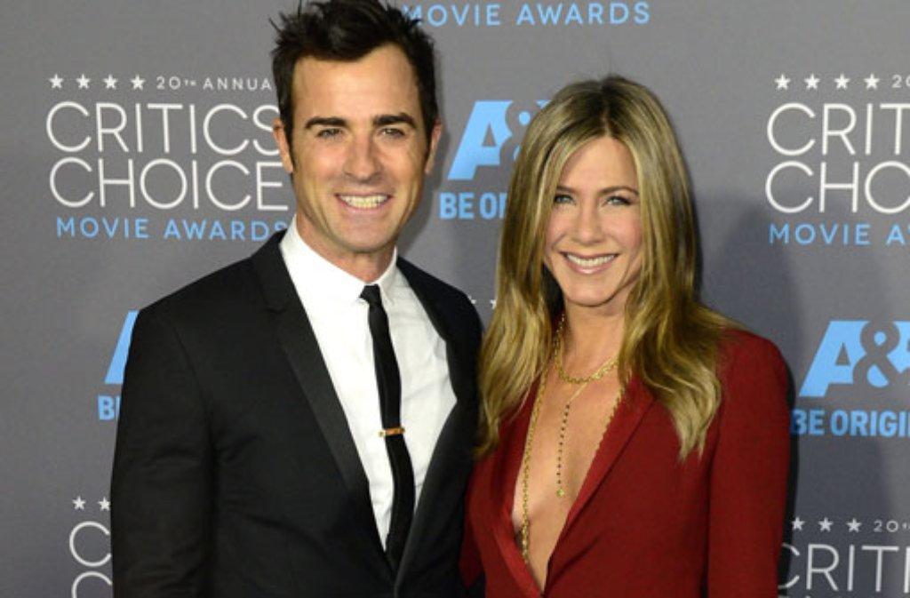 Tiefe Einblicke gewährte bei den Critics Choice Awards der Gucci-Anzug von Jennifer Aniston. Hochgeschlossen kam ihr Verlobter Justin Theroux. Foto: dpa