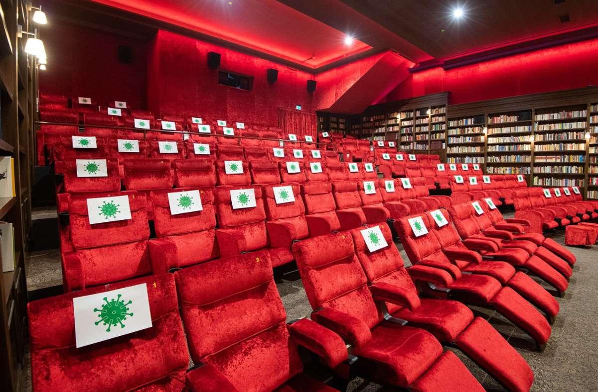 Der Horror für Kinobetreiber: viele Stühle müssen leer bleiben. Foto: dpa/Julian Stratenschulte