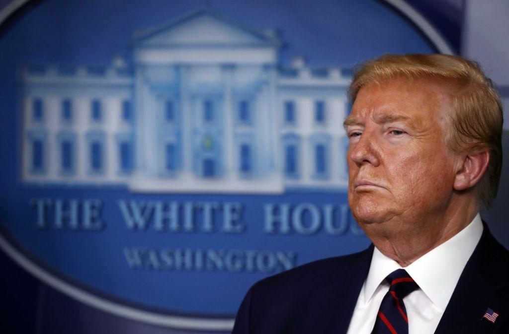 Präsident Trump kündigt eine neue Richtlinie an, wonach Amerikaner nun auch Masken tragen sollten. Foto: dpa/Alex Brandon