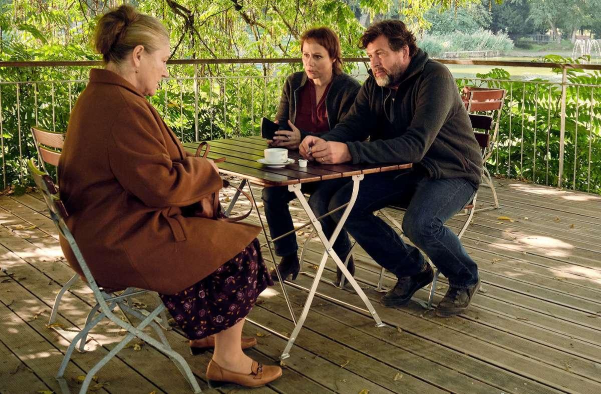 Tobler (Eva Löbau) und  Berg (Hans-Jochen Wagner) befragen die mysteriöse Hausdame  Elena Zelenko (Wieslawa Wesolowska). Foto: SWR/Benoît Linder