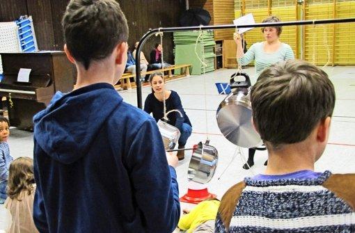 Die Instrumente sind Kochtöpfe oder Rohrleitungen. Links zu sehen ist Milena Hiessl, rechts Christine Kristmann. Foto: Judith A. Sägesser