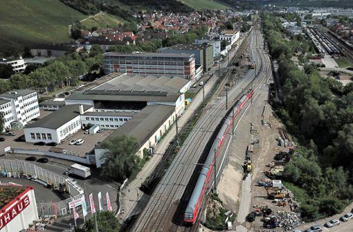 Züge fahren über neuen Damm
