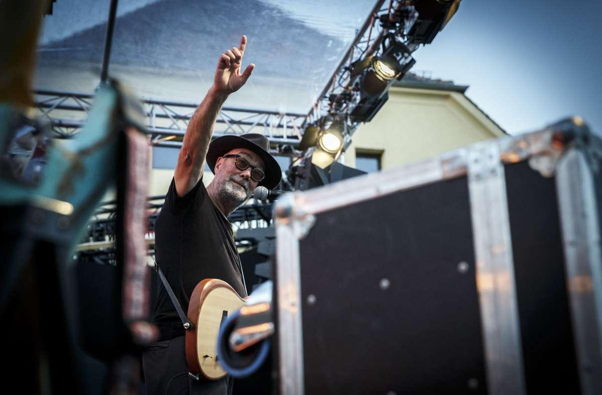 John Watts auf der Bühne im Römerkastell vor knapp 100 Zuschauern Foto: Lichtgut/Julian Rettig