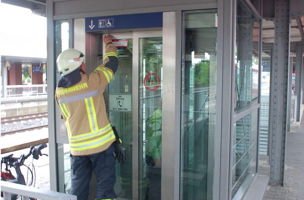 Die Feuerwehr  befreit die eingeschlossenen Fahrgäste. Foto: Sascha Schmierer