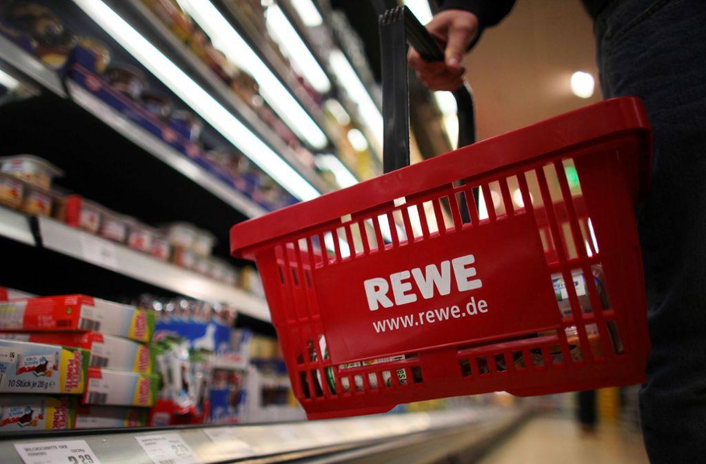 Einkauf bei Rewe – aber Waren im Milliardenwert würden diesen Einkaufskorb sprengen. Foto: dpa