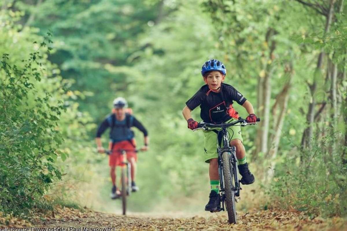 Mit ein paar kleinen Tricks gelingt es spielend, Kindern die Freude am Radfahren zu vermitteln. Foto: www.pd-f.de/ Paul Masukowitz