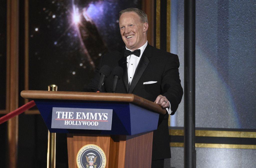 Sean Spicer lächelt über seinen Auftritt bei den Emmy Awards. Die Preisträger des Abends sehen Sie in der Bilderstrecke. Foto: Invision
