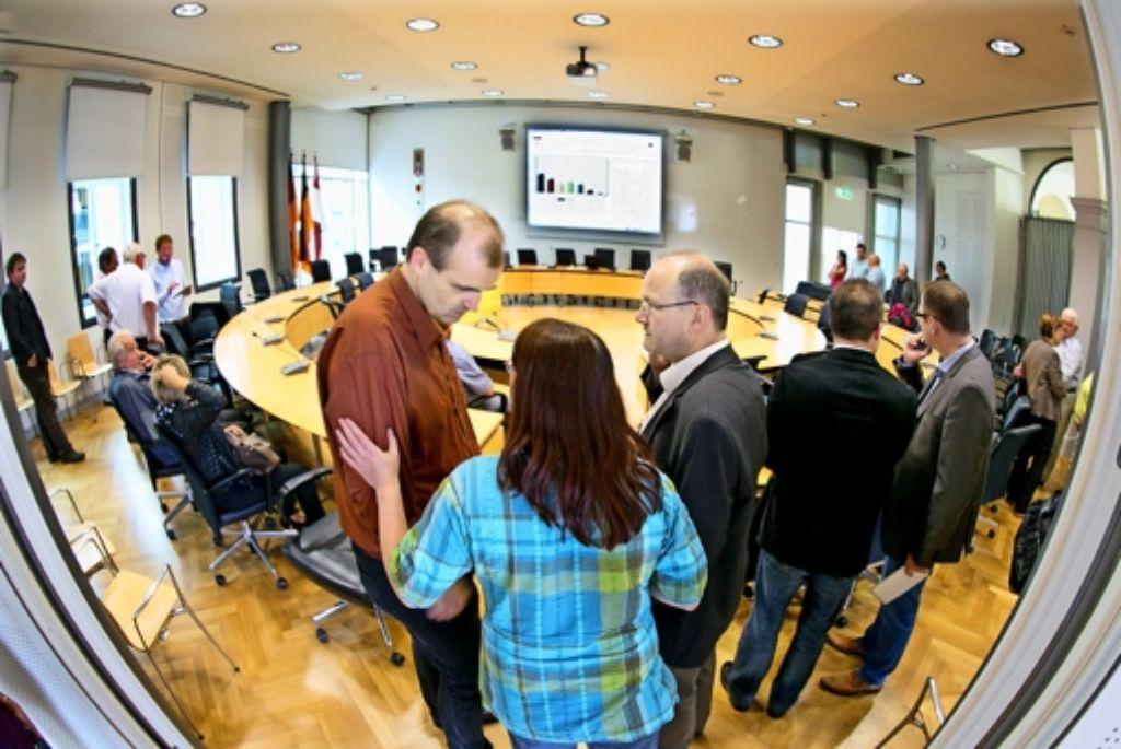 Der SPD-Fraktionschef Armin Roos (von links) analysiert mit Eva Epple und Christoph Weber die einlaufenden Ergebnisse. Foto: Horst Rudel