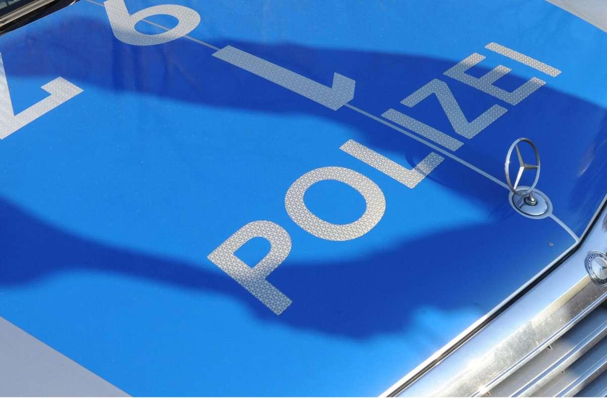 Alarmierte Polizeibeamte nahmen den Mann fest. (Symbolbild) Foto: dpa/Franziska Kraufmann