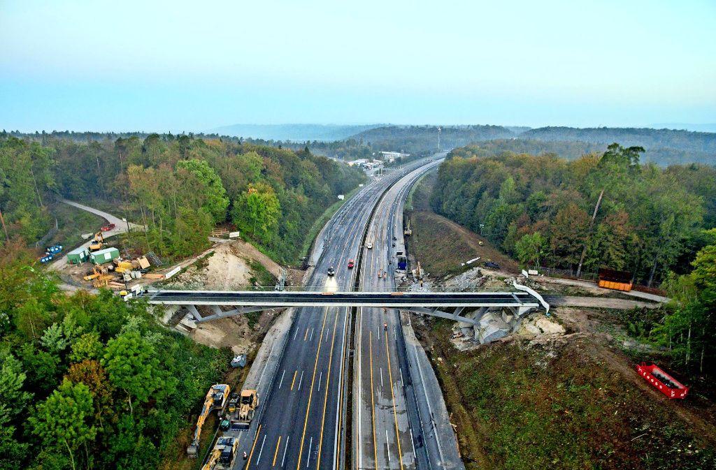 Die  A 8 zwischen Stuttgart und Leonberg,hier mal  ohne Stau: Hinter der neuen Brücke Rotes Steigle wird Richtung Karlsruhe die neue Fahrspur (rechts) gebaut. Foto: 7aktuell/Rafal Niewienda