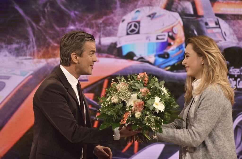 Moderator Markus Lanz  sagt mit Blumen Danke für das Gespräch mit Sophia Flörsch. Foto: Getty