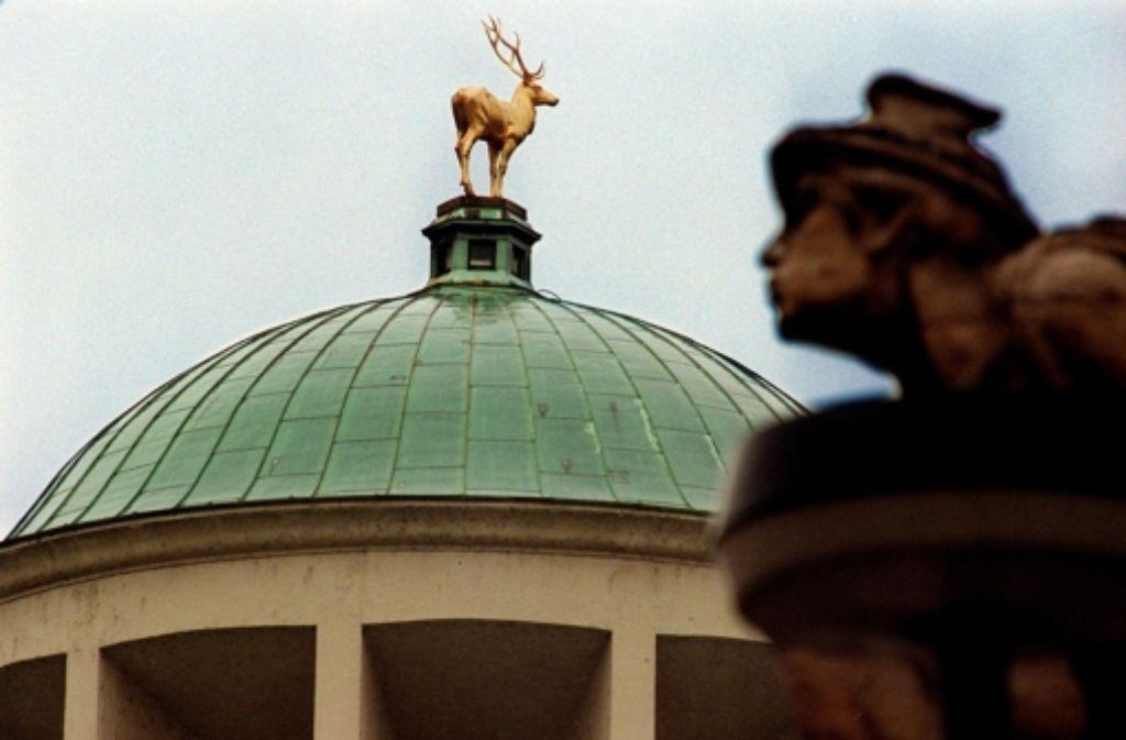 Über dem Stuttgarter Kunstgebäude thront der Hirsch – und bald leidet dort die Kunst. Foto: WKV