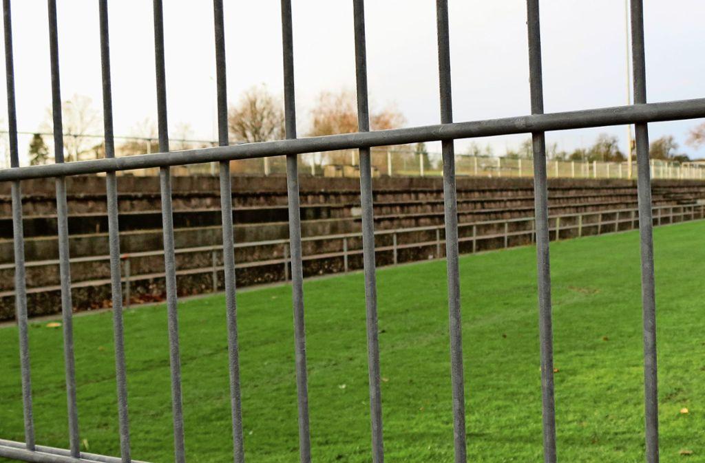 Die marode Tribüne beim Sielminger Rasenplatz wird auf der ganzen Länge saniert. Foto: Otto-H. Häusser