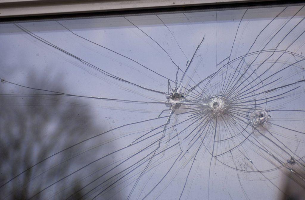 Unbekannte haben mit Kieselsteinen auf das Fenster einer Flüchtlingswohnung geworfen. Foto: imago/McPHOTO