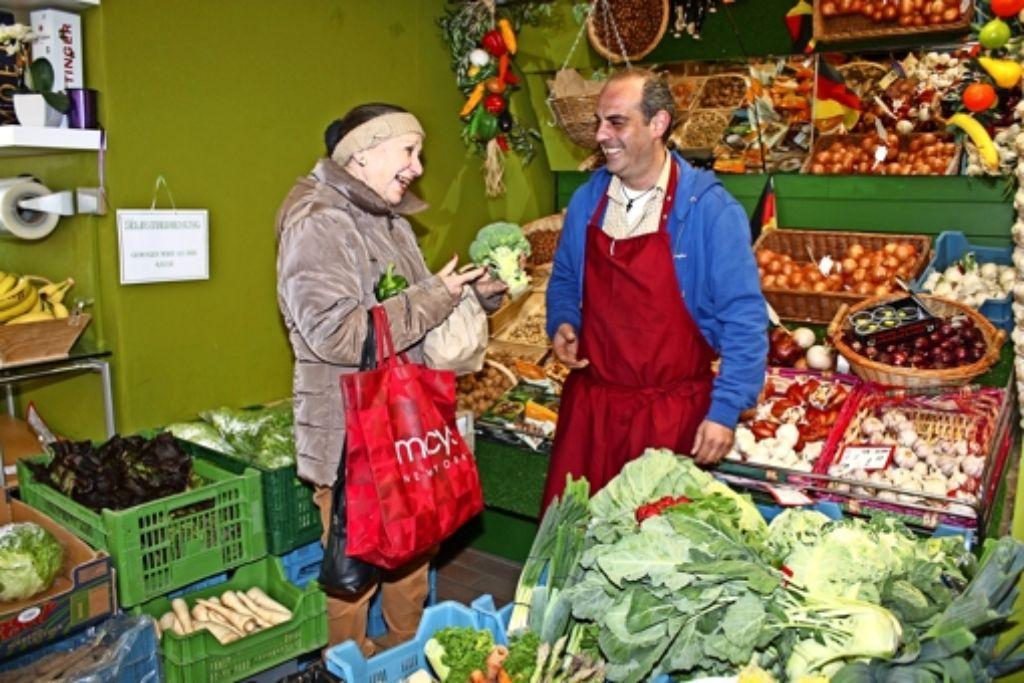 Pana Anastasiadis berät Lisa Wagner beim Gemüsekauf. Foto: Rebecca Stahlberg