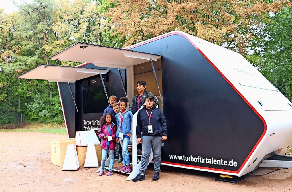 Der gewohnte Ansturm auf das Coaching-Mobil blieb wetterbedingt am vergangenen Freitag aus. Doch die Kinder hatten Spaß am Fahrsimulator  im Mobil. Foto: Marta Popowska