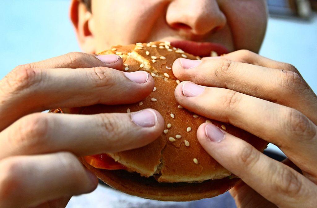 Bisher werden In-Vitro-Burger (Symbolbild) nur im Labor zubereitet. Foto: dpa