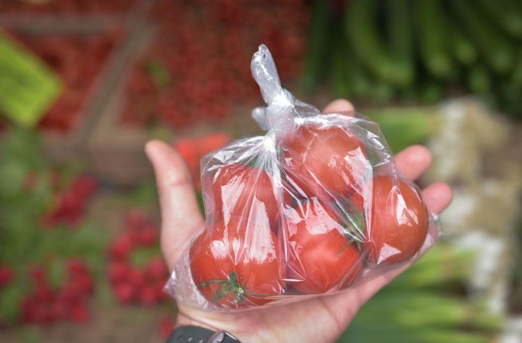 In Plastik eingepackte Tomaten – das Bild soll auf dem Stuttgarter Wochenmarkt bald der Vergangenheit angehören. Foto: Lichtgut/Max Kovalenko