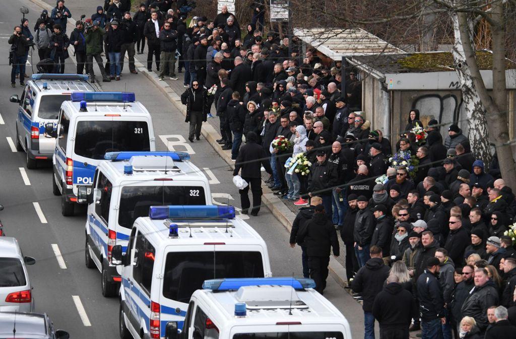 Großaufgebot der Polizei bei der Beerdigung von Hooligan und Rechtsextremist Thomas H. Foto: dpa-Zentralbild