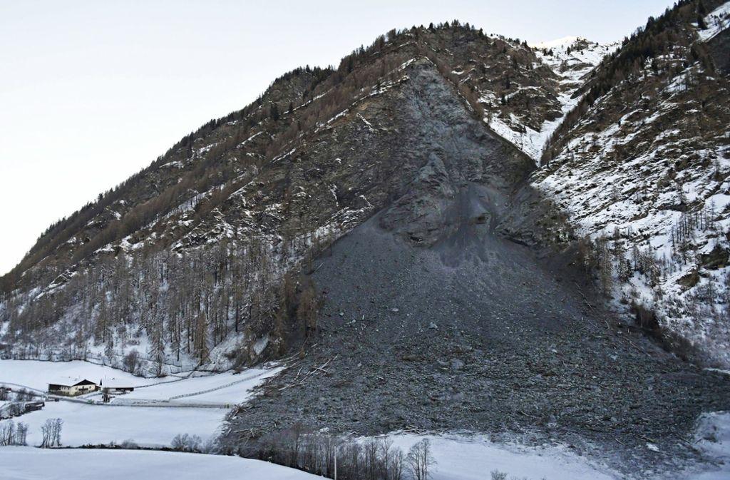 In der Gemeinde Vals in Österreich ist nach einem massiven Felssturz eine Straße blockiert. Foto: APA