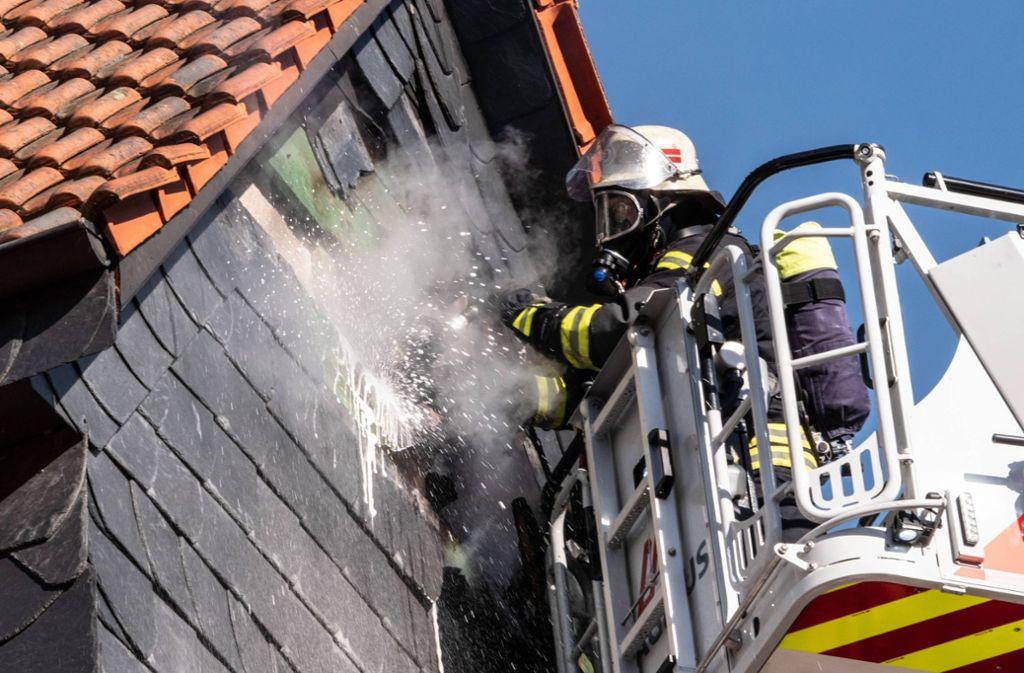 Die Feuerwehr musste am Mittwochmittag einen Fassadenbrand in Stuttgart-Hedelfingen löschen. Foto: 7aktuell.de/Alexander Hald