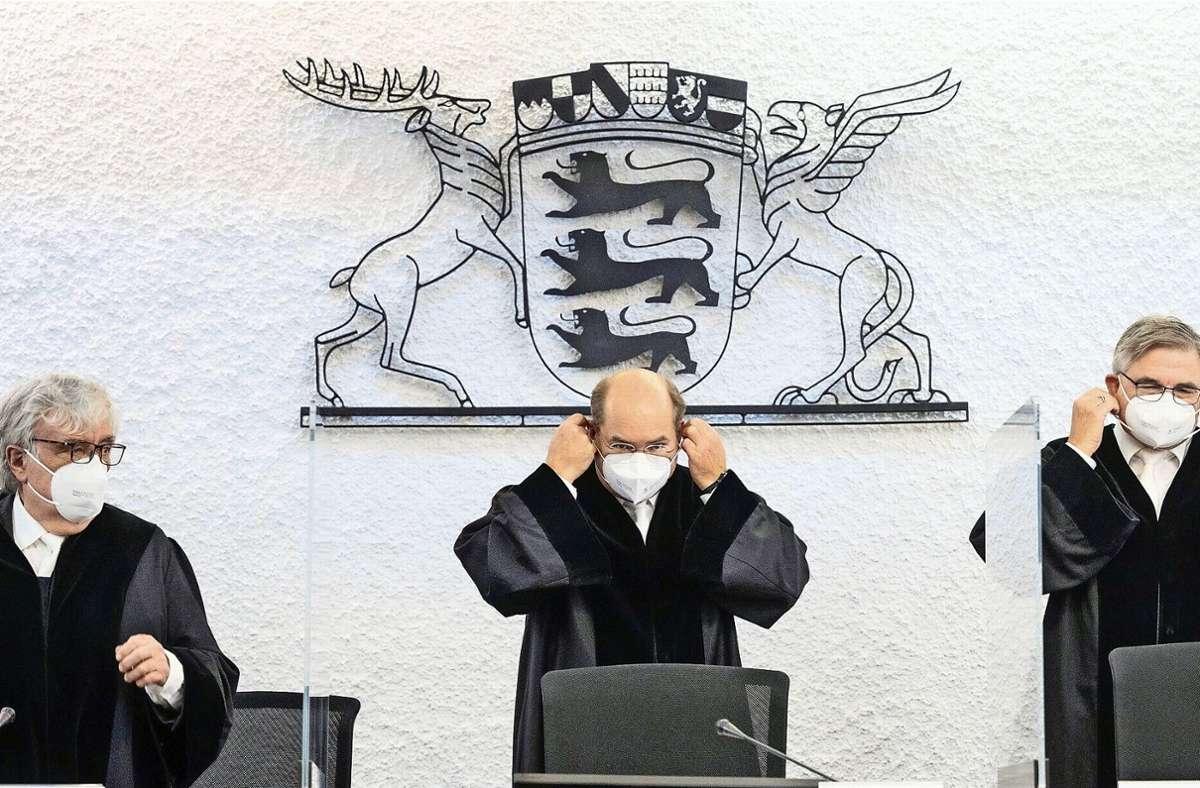 Der Gerichtshof besteht aus neun Richtern - drei Berufsrichter, drei Richter mit Befähigung zum Richteramt und drei Personen, die diese Befähigung nicht haben (Archivbild). Foto: dpa/Marijan Murat