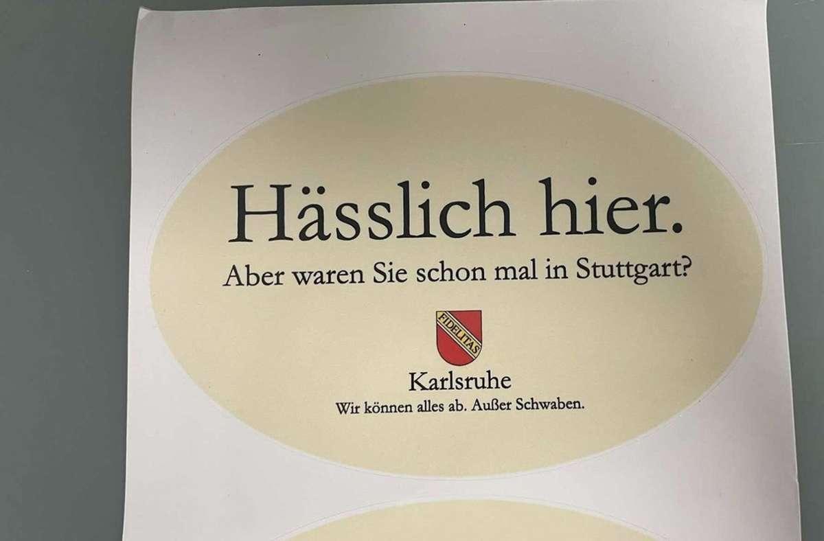 Die badisch-schwäbische Rivalität mal anders – in Stickern, die man mit etwas Glück wie bei einer Schnitzeljagd finden kann. Foto: Karlsruher Memes