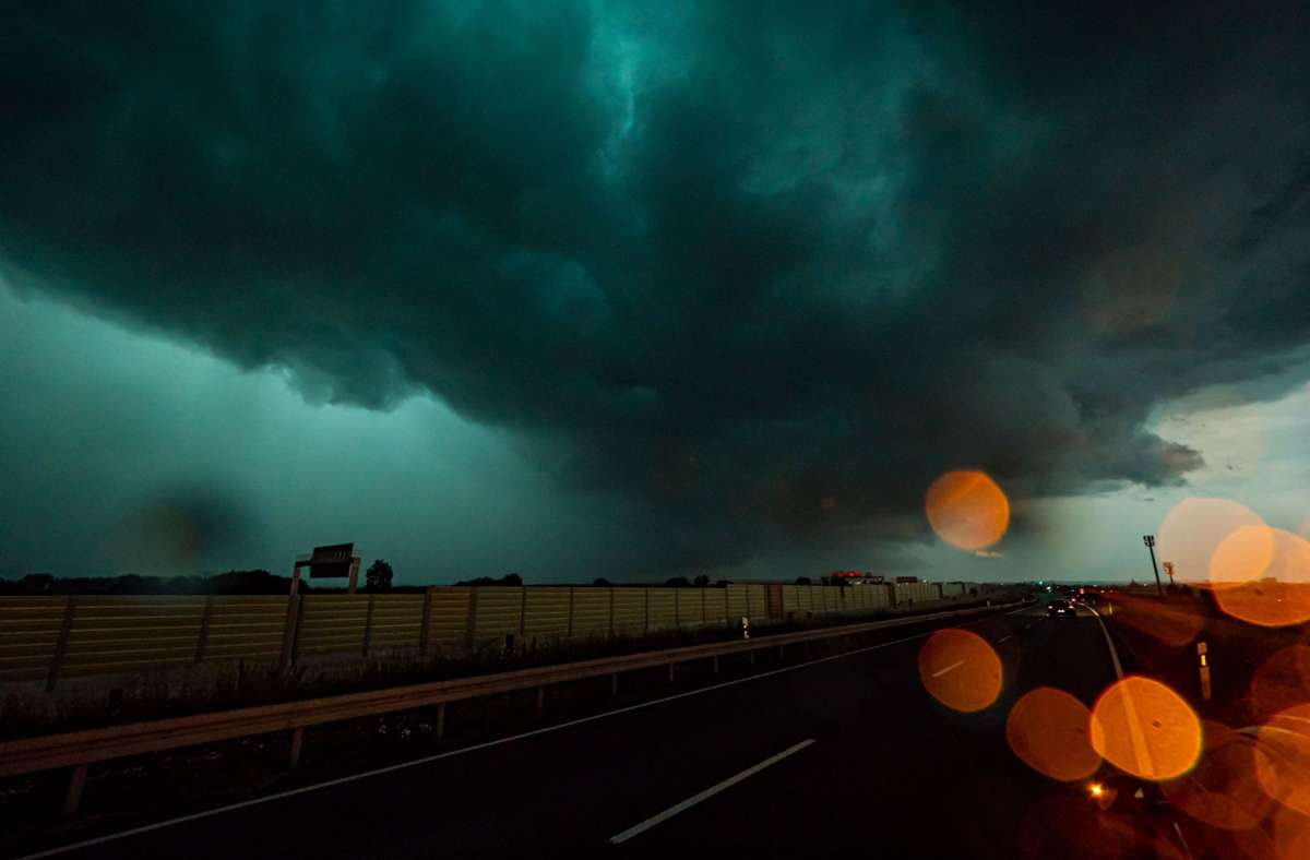 Ein massives Unwetter mit einer Shelf Cloud (tiefe, horizontal ausgerichtete Wolke in Keilform, die vor allem aber in Verbindung mit Gewittern und  Böenfronten häufig auftritt) zieht über die A8 bei Esslingen und Stuttgart auf. Foto: Alexander Hald/vmd-images/dpa