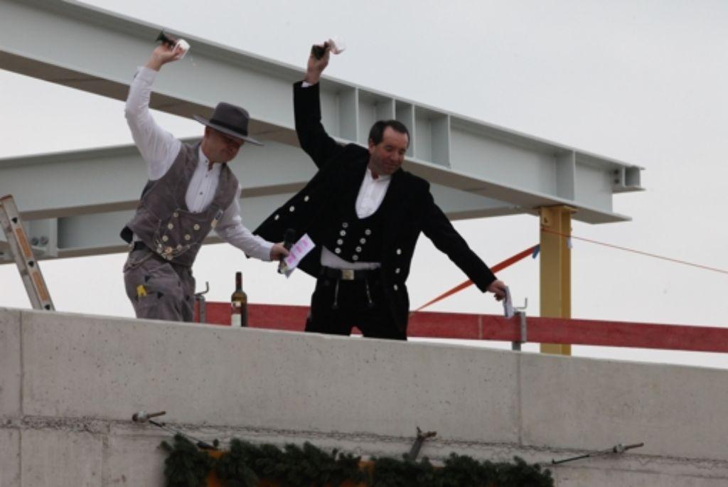 Tradition im Handwerk: Zimmerleute zerschlagen Weingläser. Foto: Patricia  Sigerist
