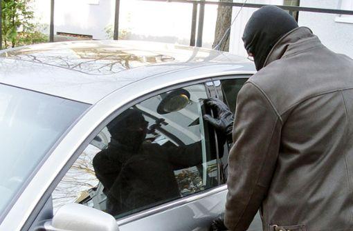 Unbekannte schlagen Autoscheiben ein