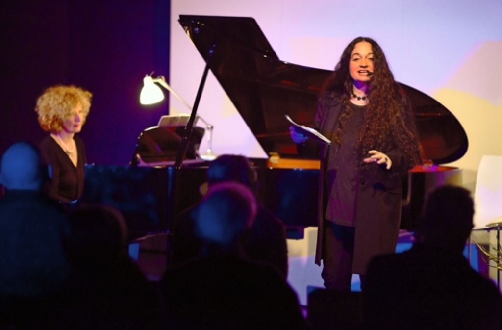 Bei der Eröffnung der Bibliothek für Schlaflose rezitiert Barbara Stoll Gedichte. Foto: Steinert