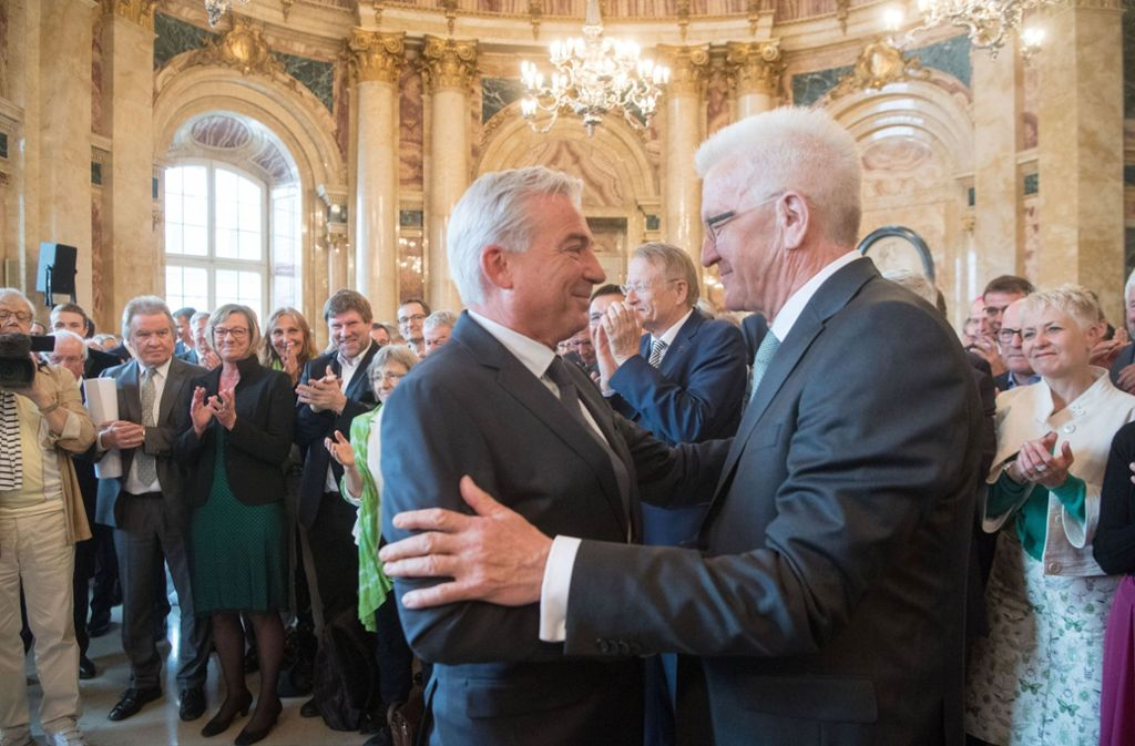 Innenminister Thomas Strobl (links) beglückwünscht Winfried Kretschmann zu dessen Geburtstag. Foto: dpa
