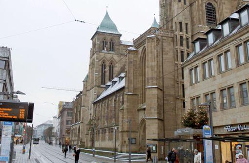 Mann klettert Orgel empor und schlägt Pfarrerin