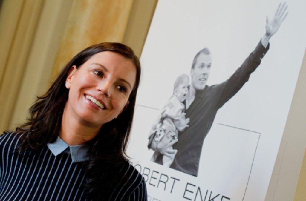 Die Witwe von Robert Enke, Teresa Enke, hat am Freitag in Hannover eine Ausstellung über das Leben des Nationaltorhüters eröffnet. Enke hatte sich vor fünf Jahren das Leben genommen. Foto: dpa