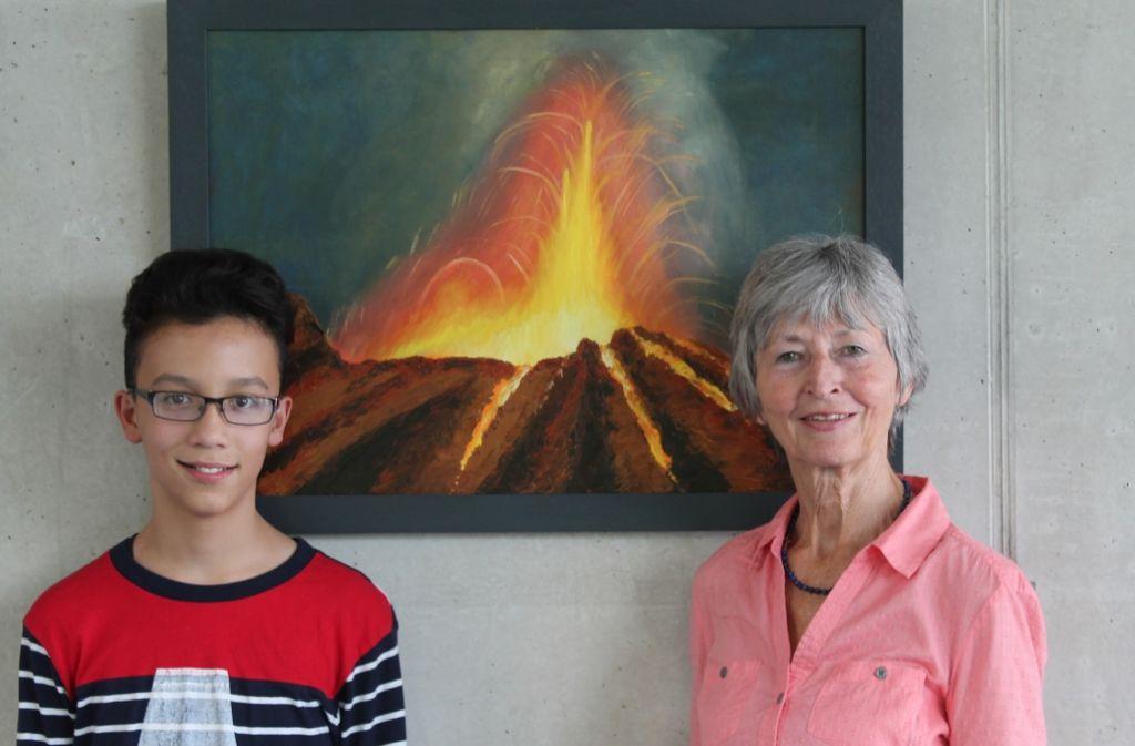 Der 13-jährige Pianist Christian Märkle und seine Gastgeberin, Großmutter Waltraud Märkle, vor einem Vulkanbild ihres Kollegen Arnold Sienerth. Foto: Sabine Schwieder