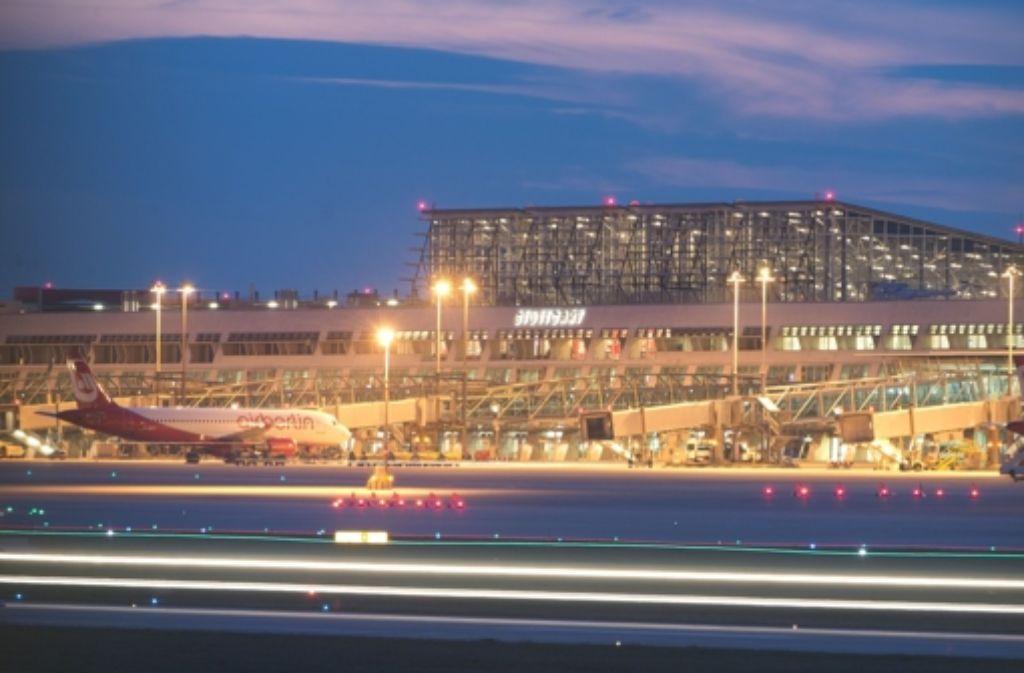 Fluggäste mussten eine Nacht im Flughafen übernachten. Foto: dpa