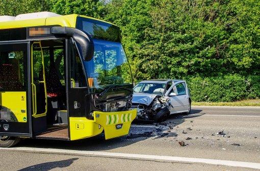VW Golf kracht in Linienbus