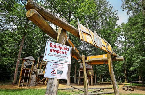 Spielplatz wegen giftiger Raupen   gesperrt