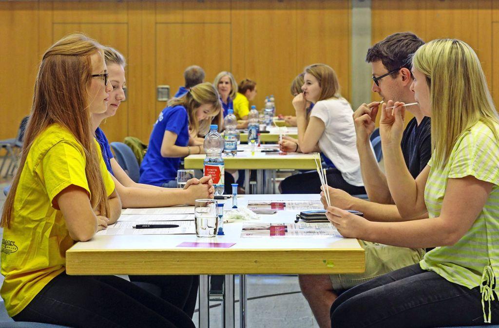 Mit einem Wattestäbchen wurde bei den Teilnehmern ein Abstrich der Wangenschleimhaut genommen. Foto: factum/Bach