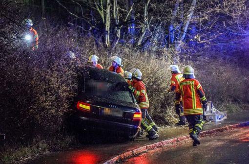 Autofahrer  bleibt in  Böschung stecken