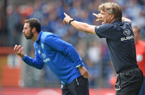 Kickers-Coach Horst Steffen (rechts) und sein Assistent Sreto Ristic wild gestikulierend am Spielfeldrand. Foto: Bongarts/Getty Images