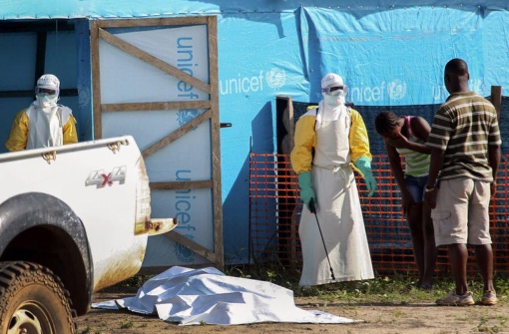 In Sierra Leone haben viele Einheimische Angst vor maskierten Helfern. Hier sind Einsatzkräfte in Liberia zu sehen. Foto: dpa
