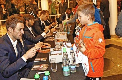 Tausende Fans wollen VfB-Autogramme