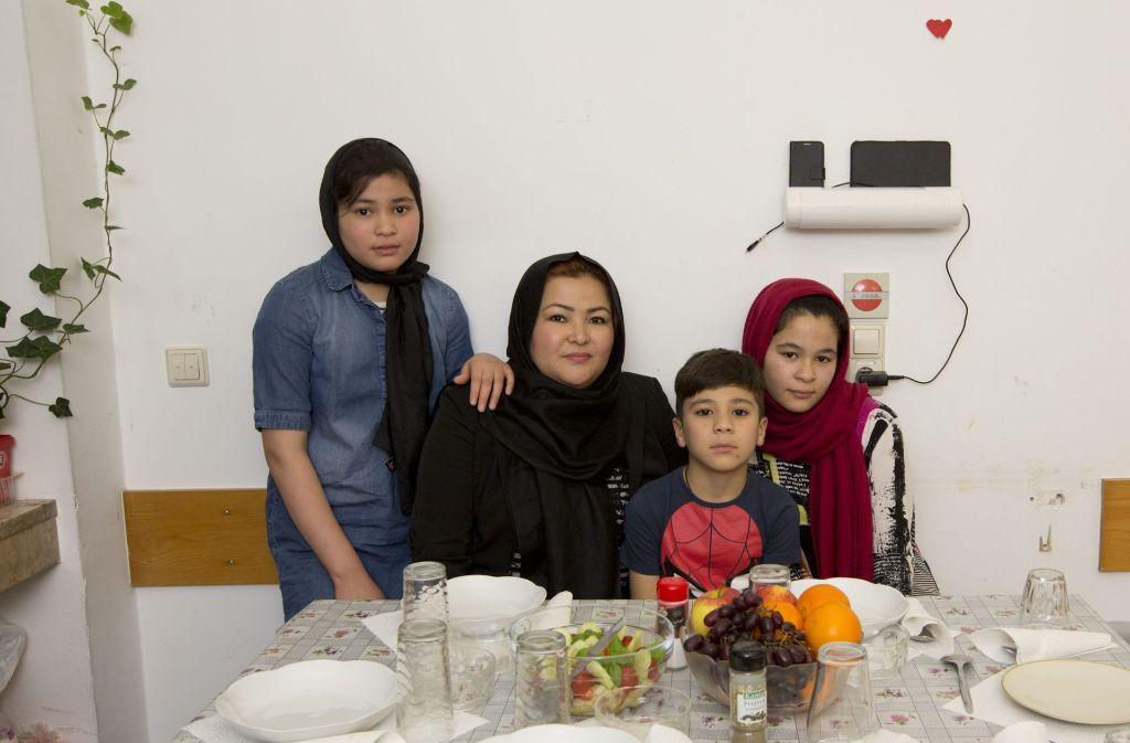 Mahdja, Sakina, Morteza und Mohadisa Esmaili sind nach über einem Jahr über ihr eigenes Zimmer in der Stuttgarter Flüchtlingsunterkunft überglücklich. Foto: Lichtgut/Michael Latz