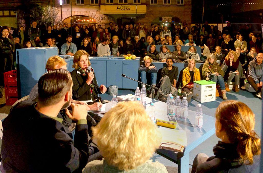 Die Architektin Christina Simon-Philipp (mit Mikrofon)  fordert eine konsequnete Nachverdichtung.  Die Debatte haben rund 250 vorwiegend junge  Menschen verfolgt. Foto: Lichtgut/Max Kovalenko